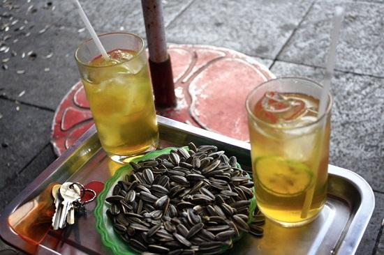 Uống 16 ly trà đá một ngày dễ gây bệnh suy thận