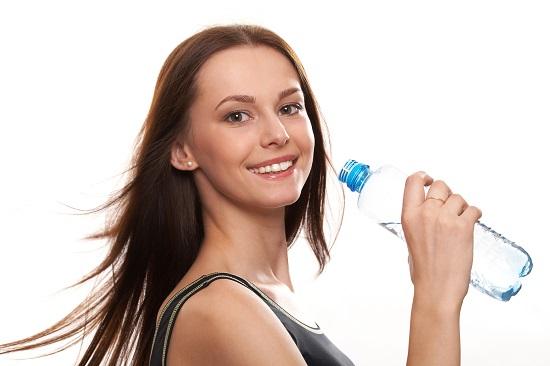 Uống 2 lít nước mỗi ngày vừa giúp làm đẹp da vừa tốt cho sức khỏe của thận