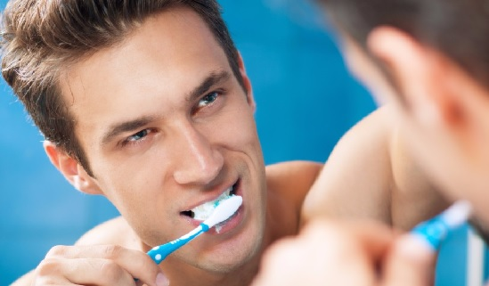 Không vệ sinh răng miệng làm tăng khả năng mắc yếu sinh lý